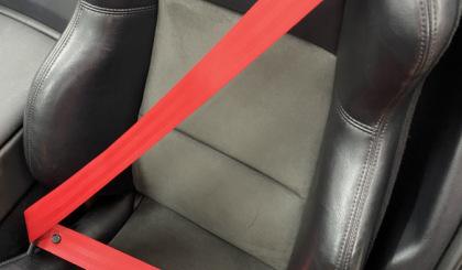 Ремень безопасности красного цвета