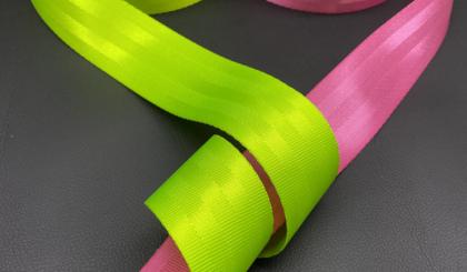 Салатовый и розовый ремень безопасности