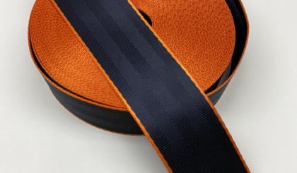 Черный ремень безопасности с оранжевым кантом