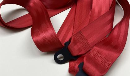 Красный устновочный комплект ремней безопасности